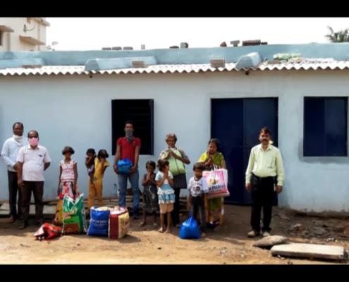 Die Familie Patra vor ihrem neuen Haus