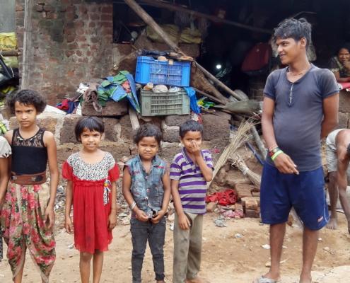 Familie Patra räumt auf, damit wir anstelle des Mülls ein Haus bauen können