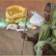 Alte Frau mit Rückenschmerzen bekommen von UPPAHAR Lebensmittel während der Corona Krise