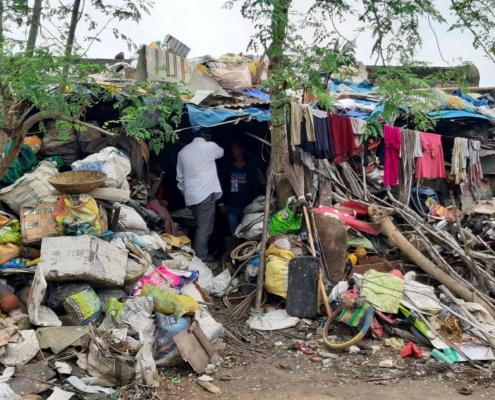 Rajat besucht eine Familie die im Müll lebt