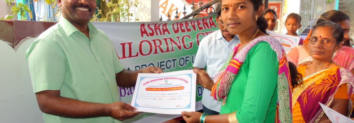 Eine stolze Näherin erhält ihr Zertifikat nach dem Abschluss ihres Nähkurses