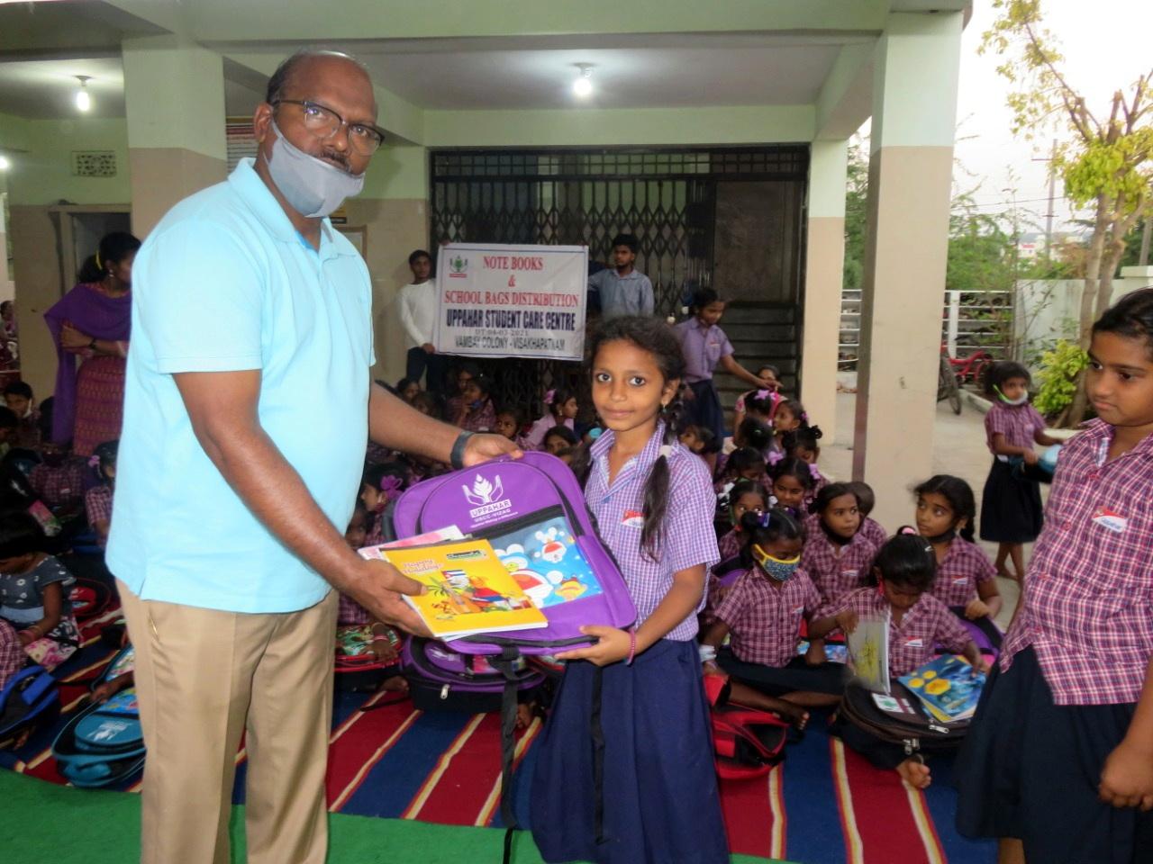Die Kinder sind zurück in der Schule - Schulmaterialverteilung